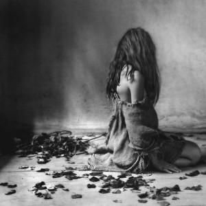 Mocanu-bw-blackwhite-Tremendo-artistic-black-and-white-photography-woman-sadness-sad-beauty_large