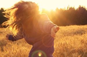 field,girl,summer,sunlight,cool,freedom-fb8641fa231ee1cbdd389e2f773a1b3b_h